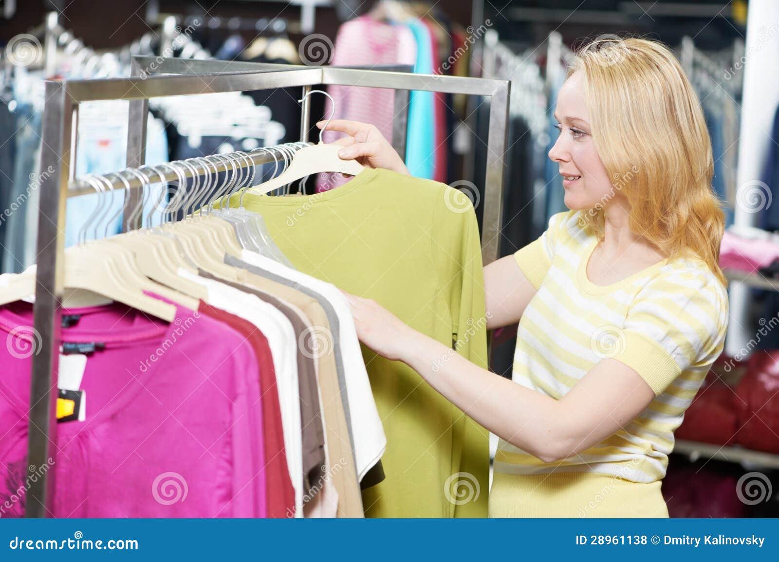 Młoda kobieta przy odzieżowym zakupy sklepem
