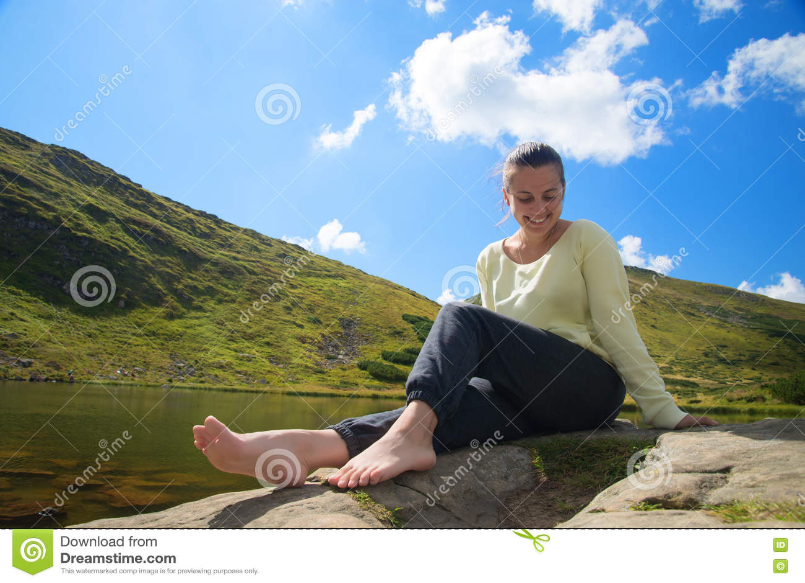 Młoda kobieta reisting przy jeziorem