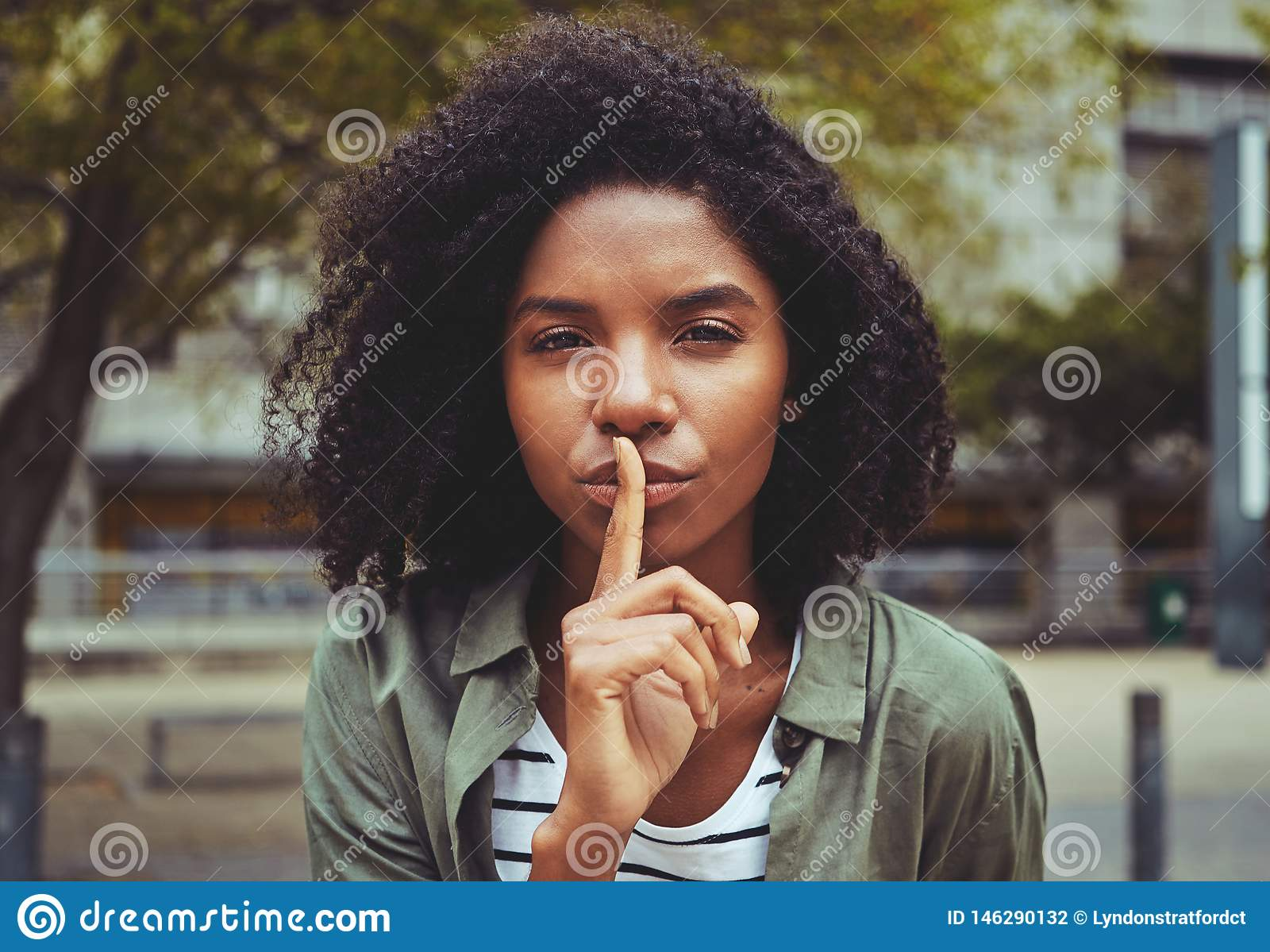 Młoda kobieta robi cisza gestowi