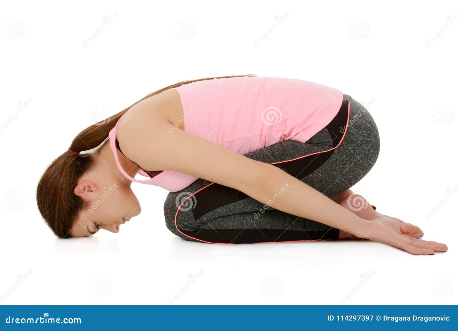 Młoda kobieta robi joga, dziecka ` s poza