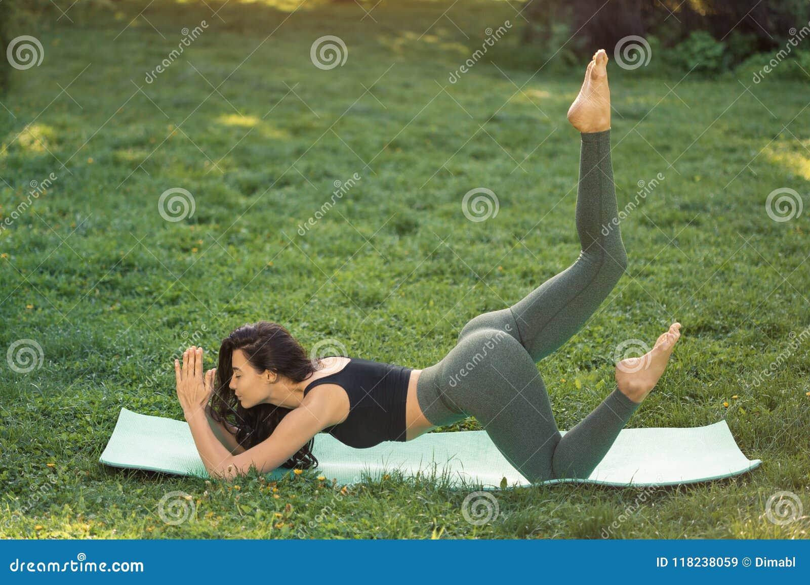 Młoda kobieta robi treningowi dla rozciągać ciało
