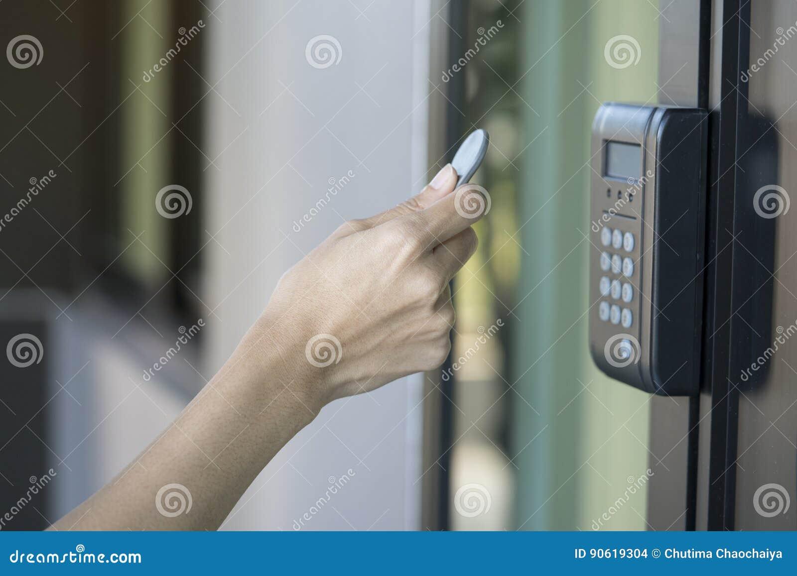 Młoda kobieta używa RFID etykietki klucz otwierać drzwi