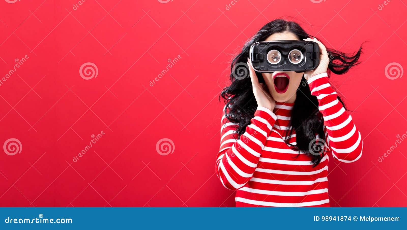 Młoda kobieta używa rzeczywistości wirtualnej słuchawki
