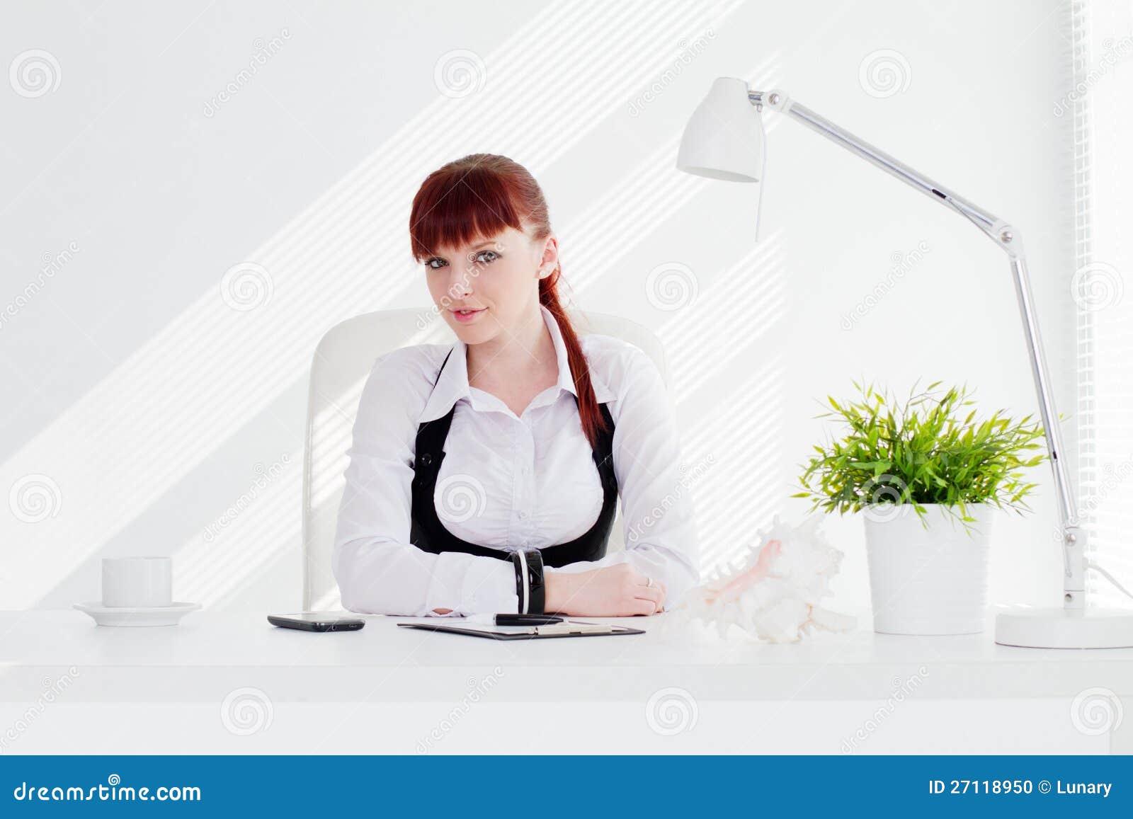 Młoda kobieta w biurze