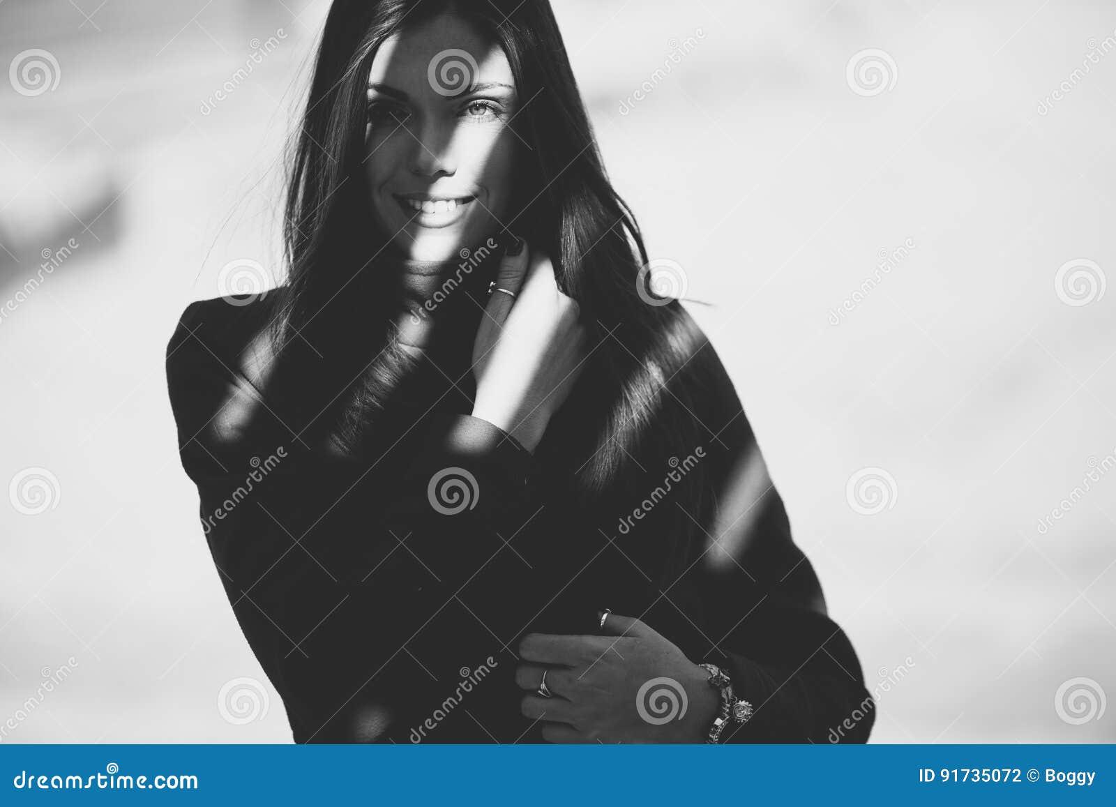 Młoda kobieta w cieniu