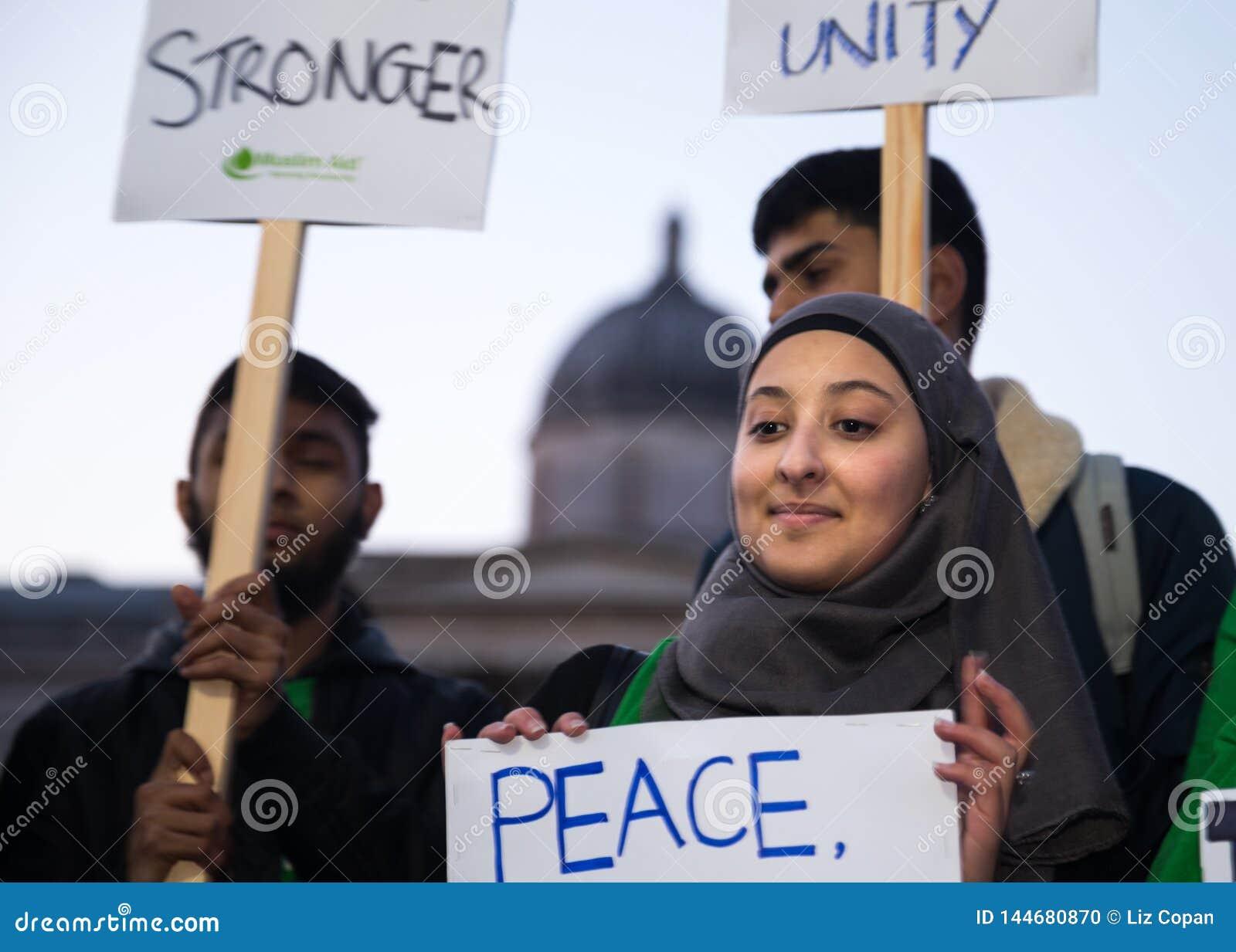 Młoda Kobieta w Hijab mienia znaku Po 2017 Westminister mostu ataka