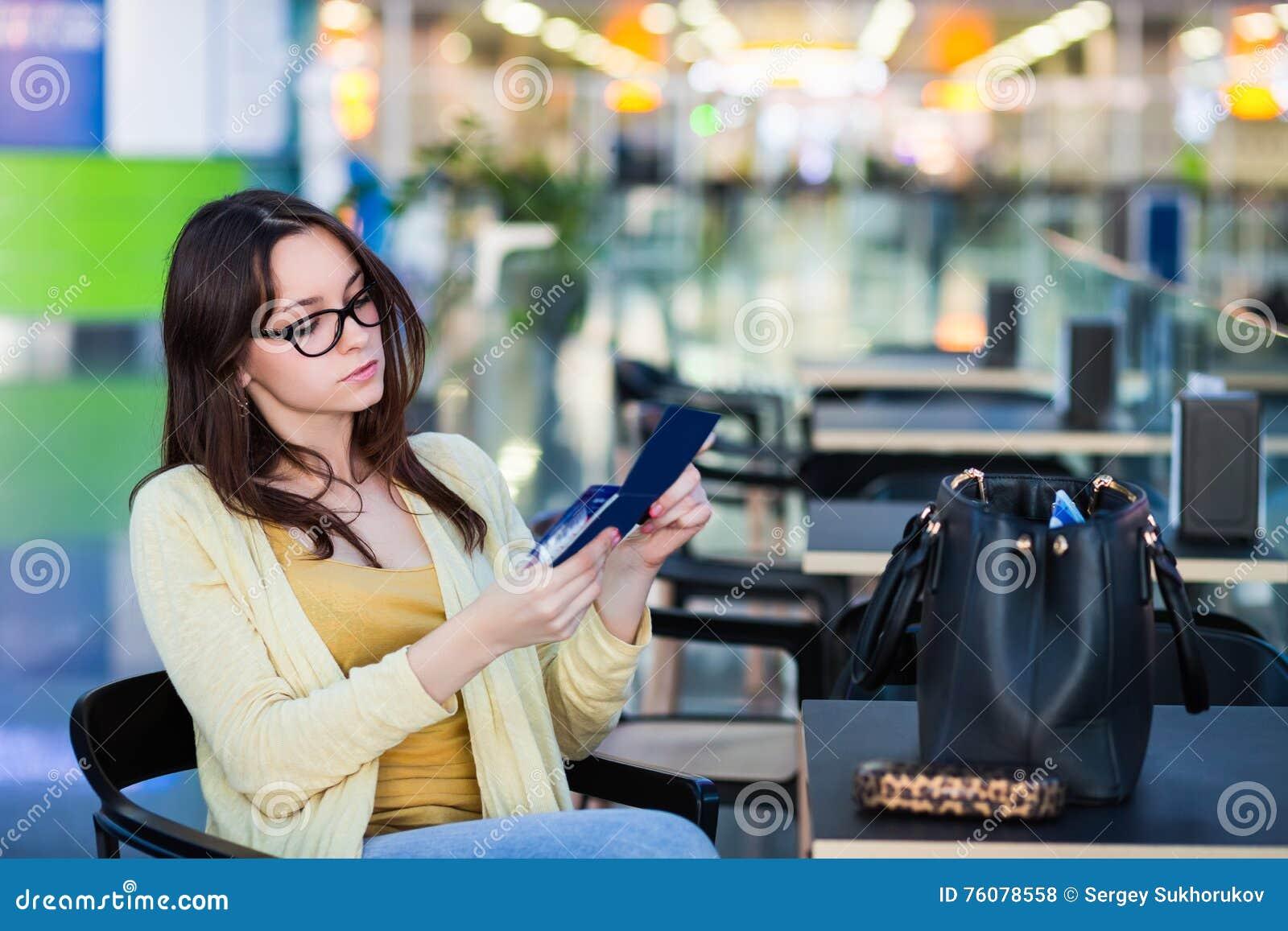 Młoda kobieta w lotniskowej poczekalni