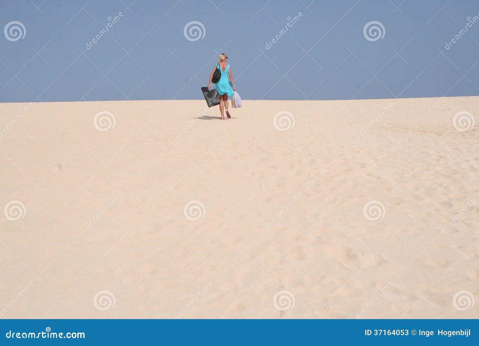 Młoda kobieta w parku narodowym z diunami blisko plaż Corralejo przy Fuerteventura w Hiszpania