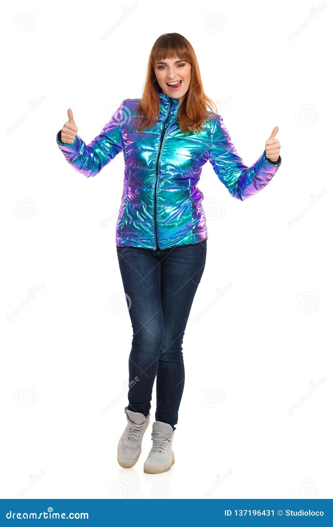 Młoda Kobieta W Wibrującej puszek kurtce Wtyka Za jęzorze I Pokazuje aprobaty