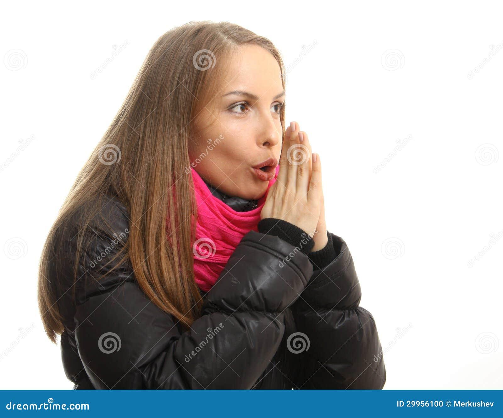 Młoda kobieta w zim próbach grzać up ona ręki