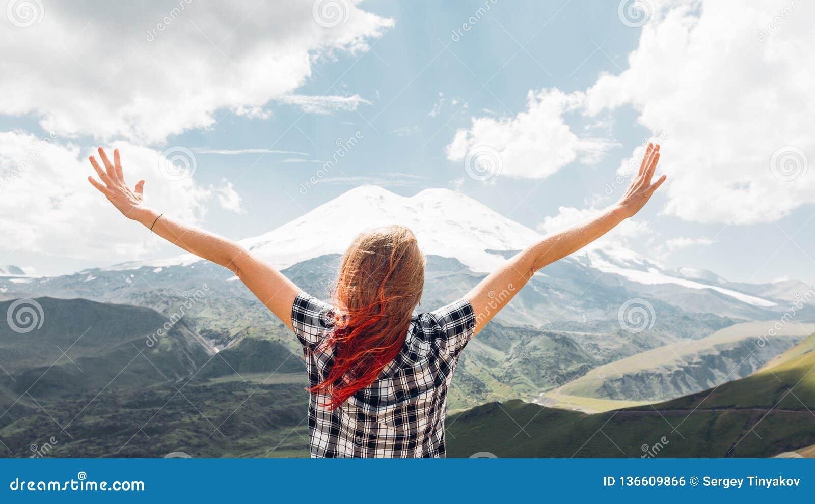 Młoda Kobieta wycieczkowicza pozycja Na falezie I Cieszy się widok górę W lecie, Tylni widok