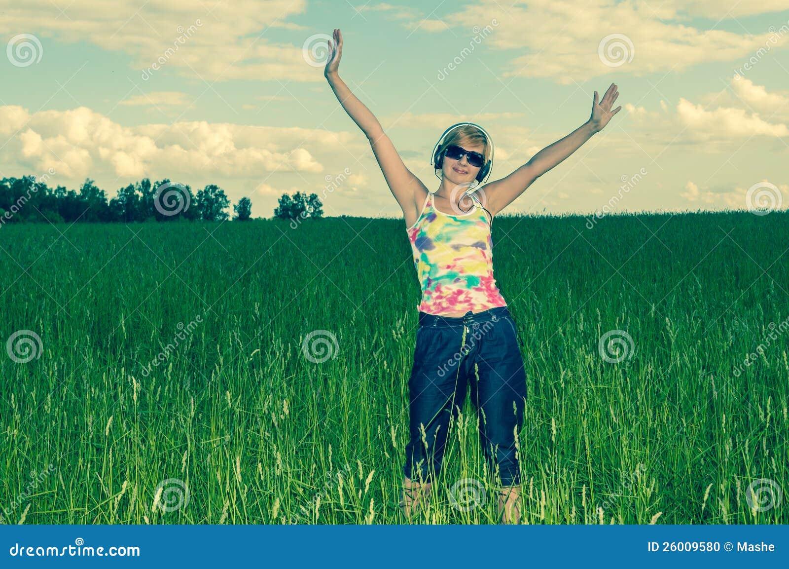 Młoda kobieta z hełmofonami