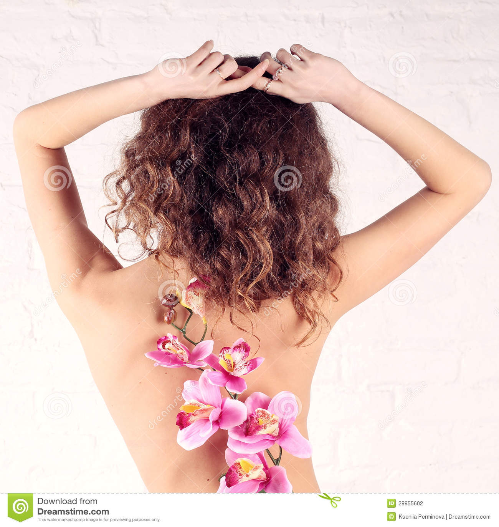 Młoda kobieta z kwiatami