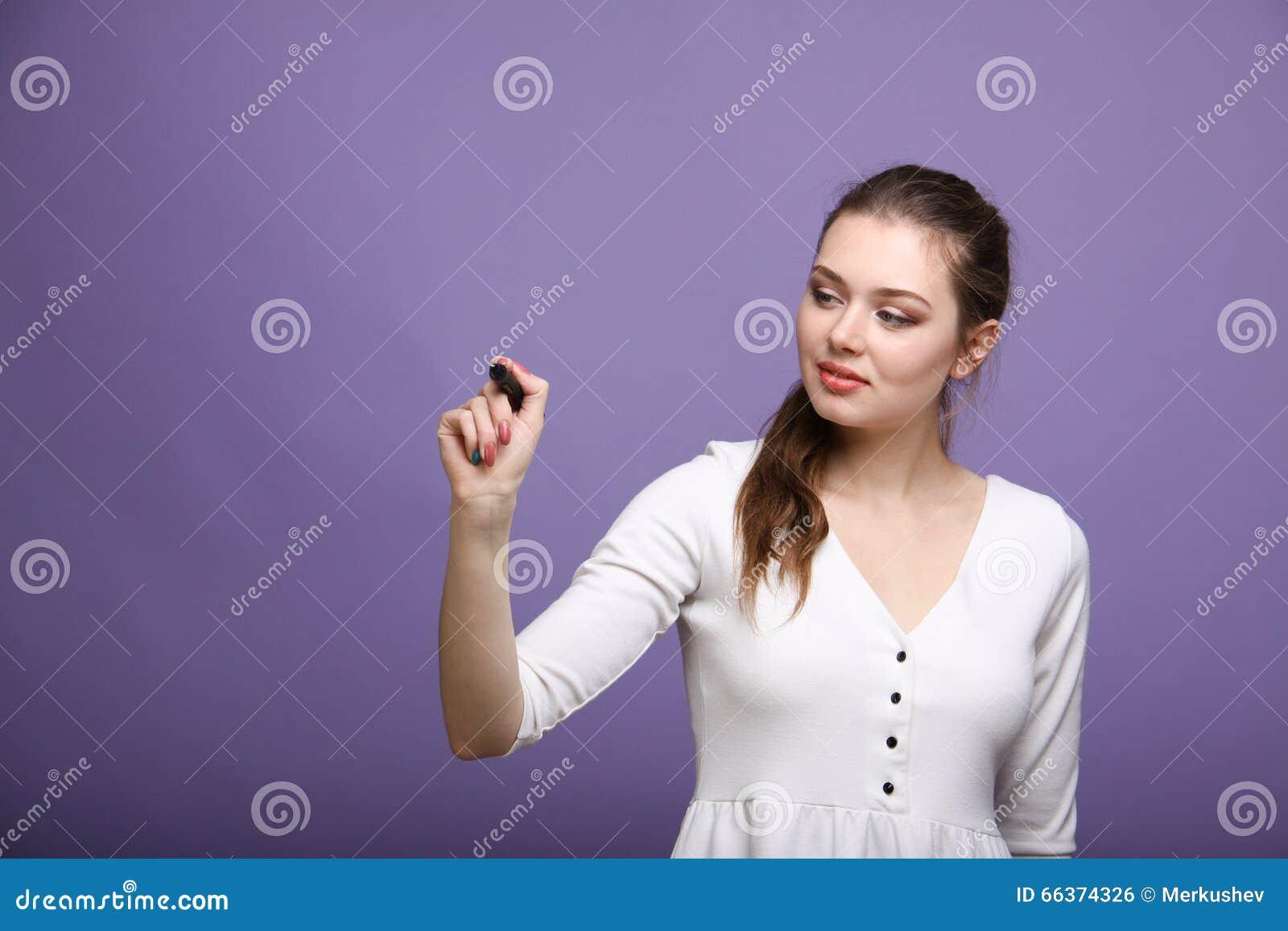 Młoda kobieta z piórem na popielatym tle