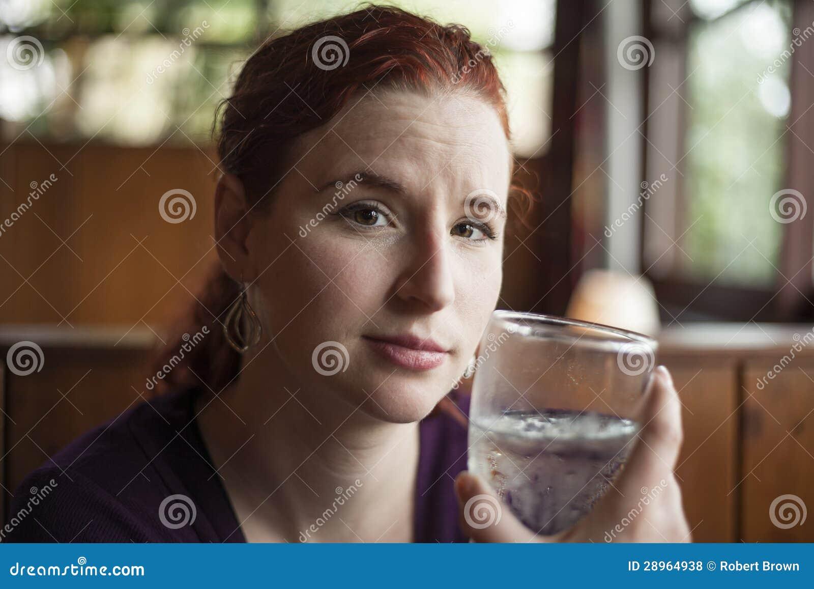 Młoda Kobieta z Piękną Kasztanowego włosy wodą pitną