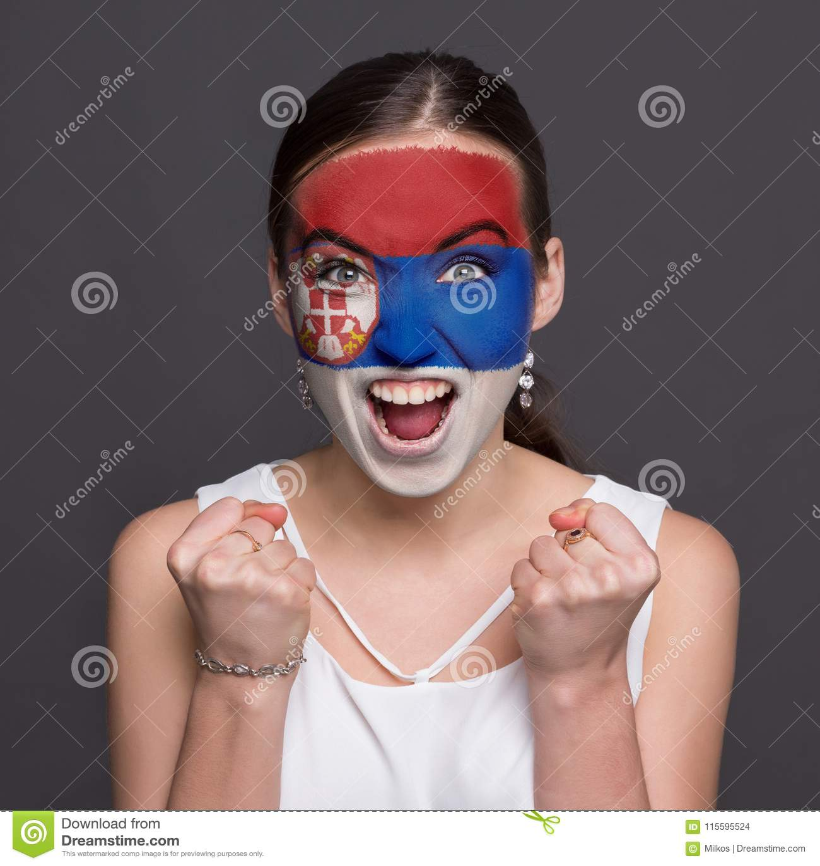 Młoda kobieta z Serbia flaga malującą na jej twarzy