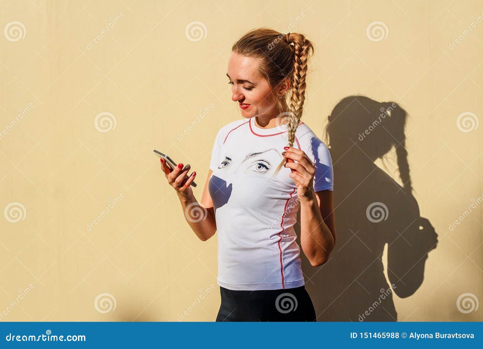 Młoda kobieta z smartphone w jej ręce