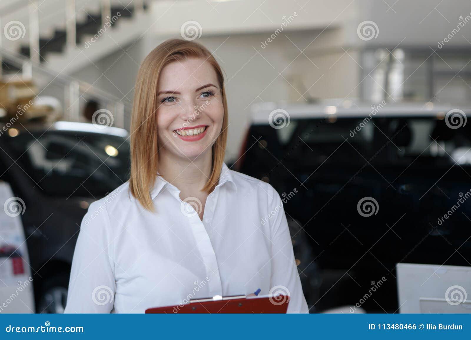 Młoda kobieta zakup samochód