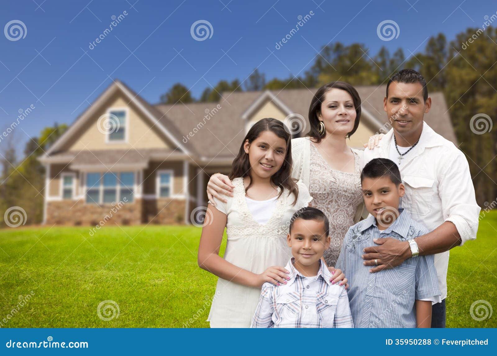 Młoda Latynoska rodzina przed Ich Nowym domem