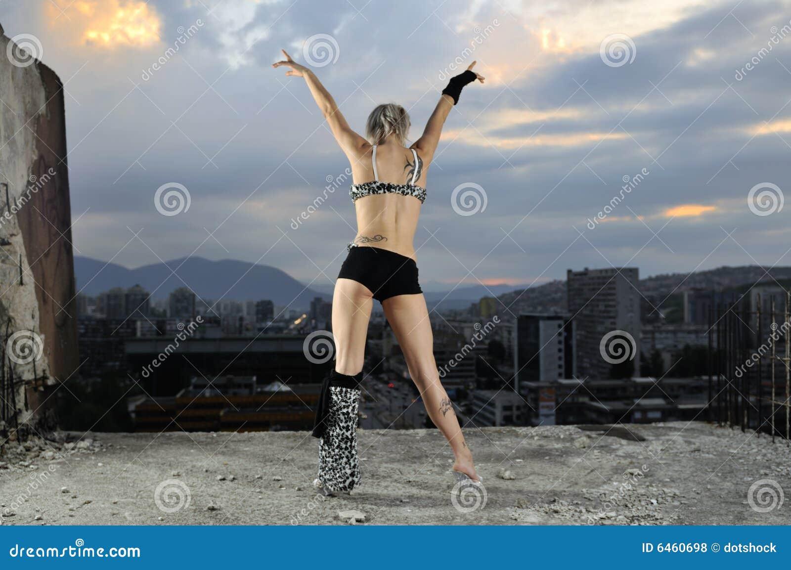 Młoda młodego tancerza dziewczyna