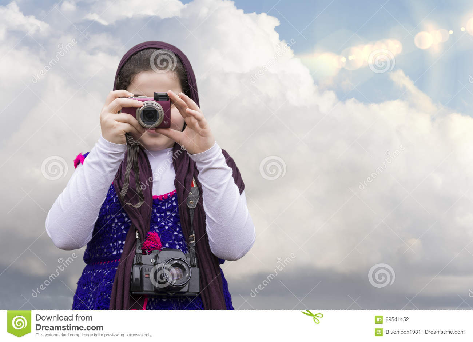 Młoda mała dziewczynka Bierze fotografię punktem Digita i krótkopędem