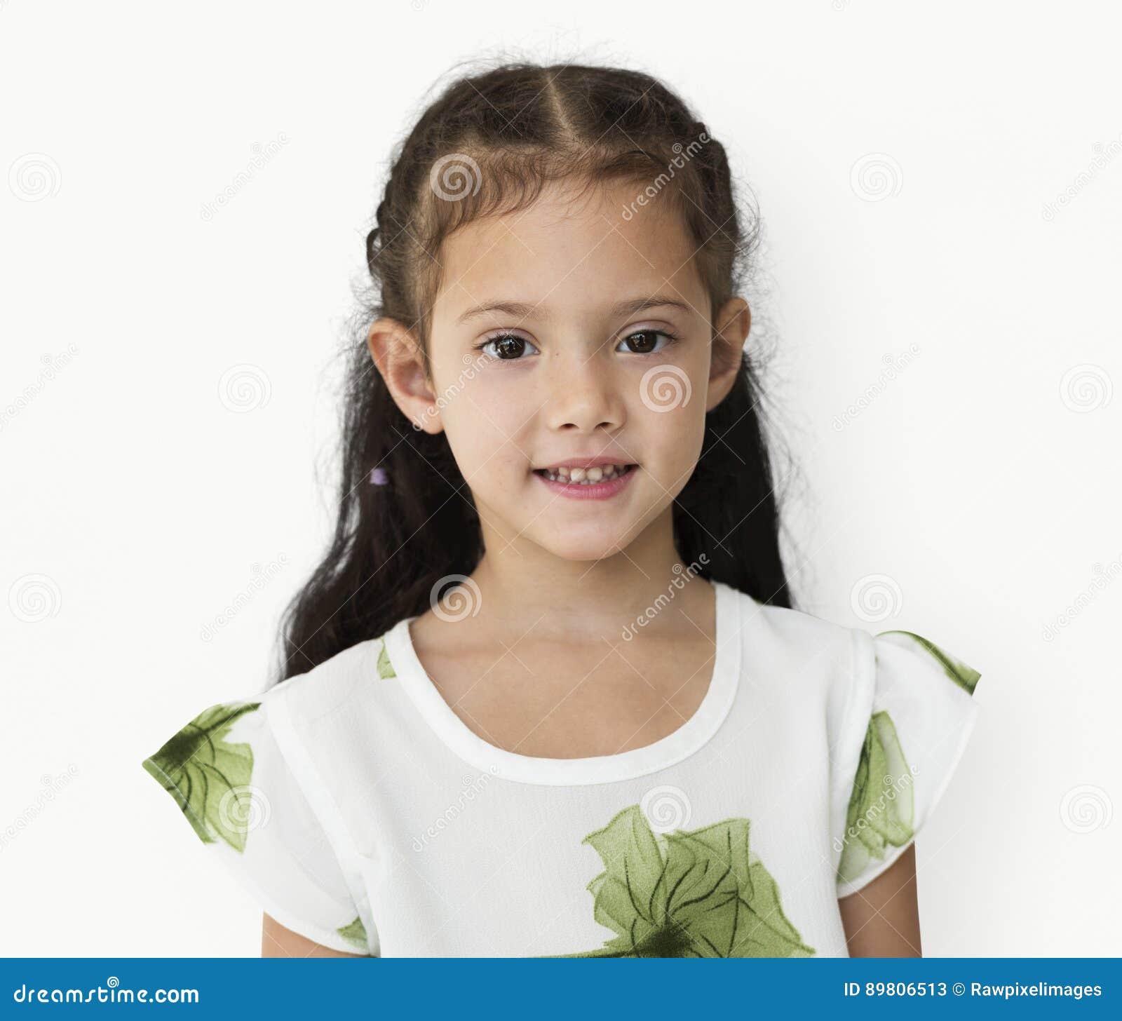 Młoda mała dziewczynka z niezręcznym uśmiechu wyrażenia portretem