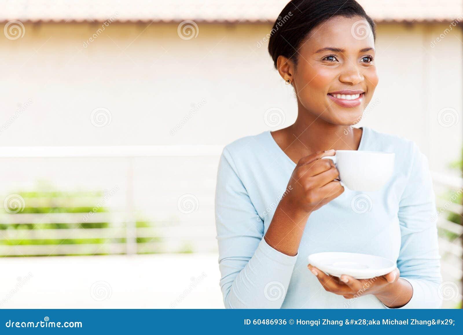 Młoda murzynki kawa