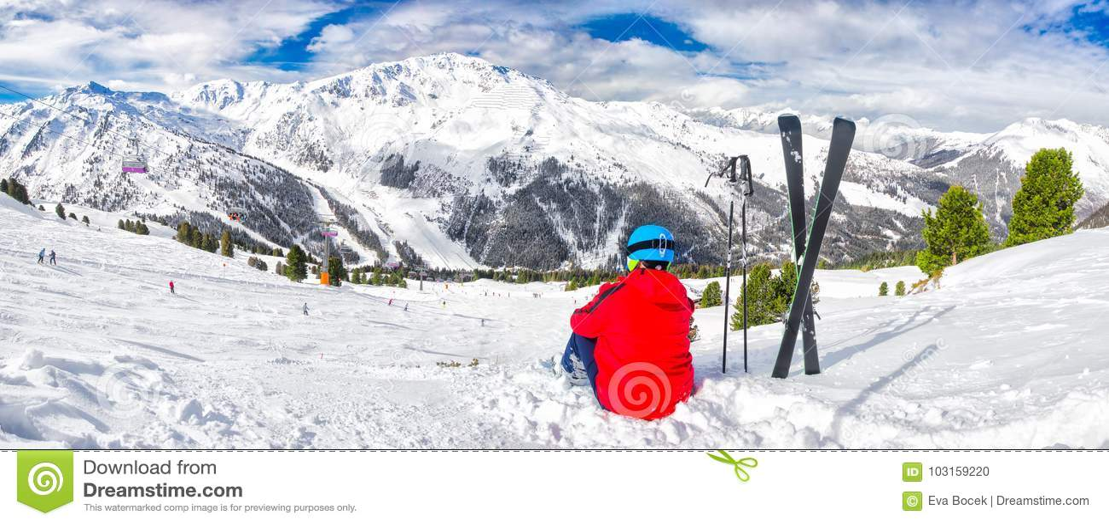 Młoda narciarka cieszy się widok w Tyrolian Alps, Zillertal, Austria