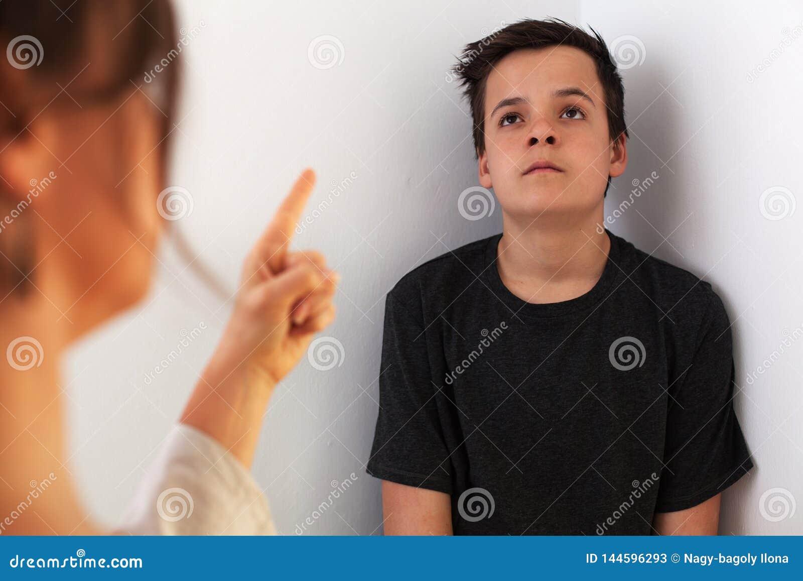 Młoda nastolatek chłopiec zanudzał stała konfrontacją z jego matką i wykładać