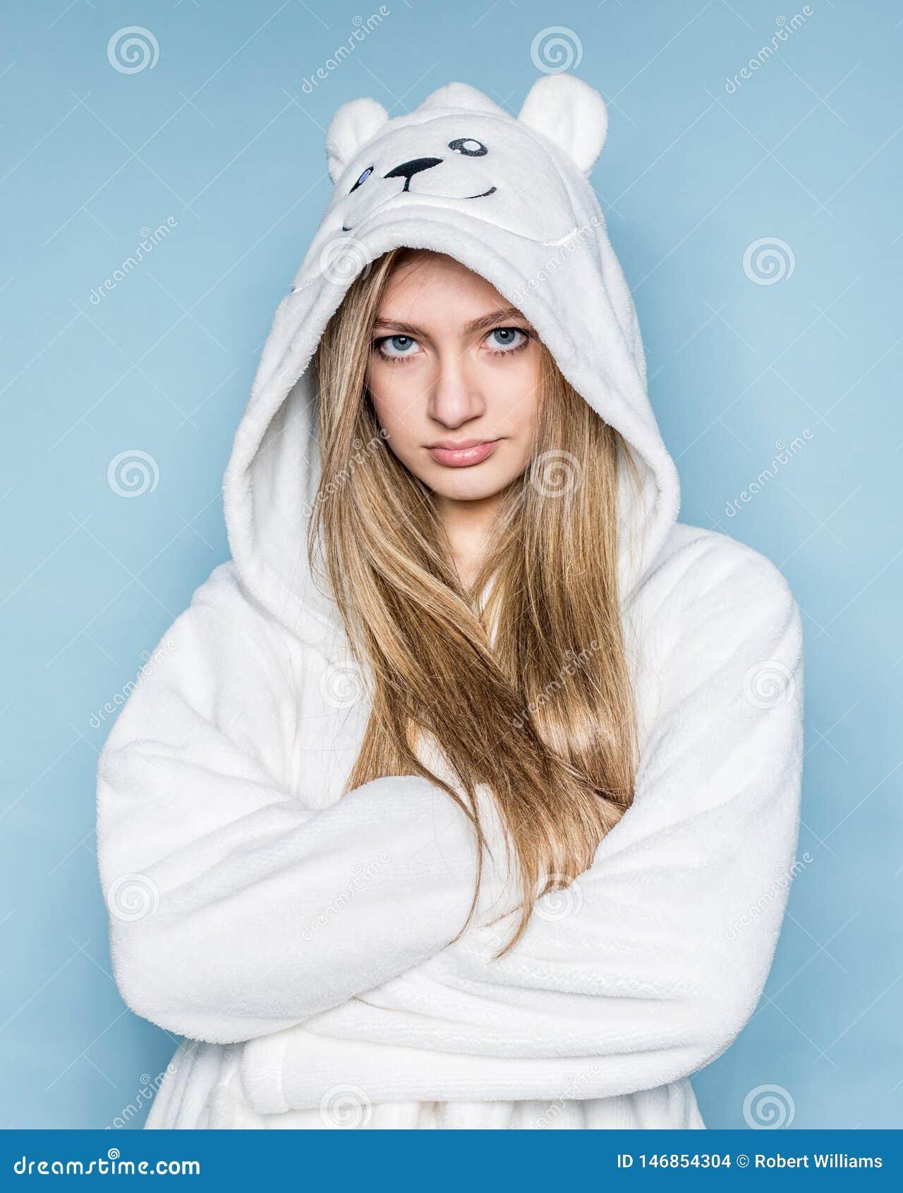 Młoda nastoletnia dziewczyna jest ubranym białego kontusz isloated