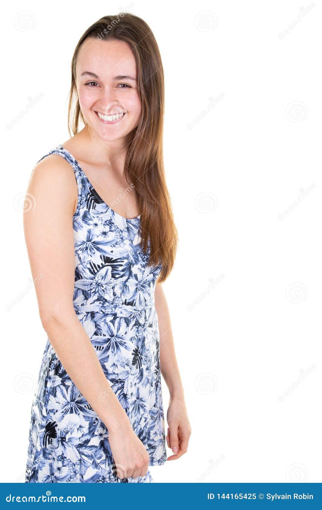 Młoda nastoletnia dziewczyna w błękitnej lato sukni na białej tło pozycji