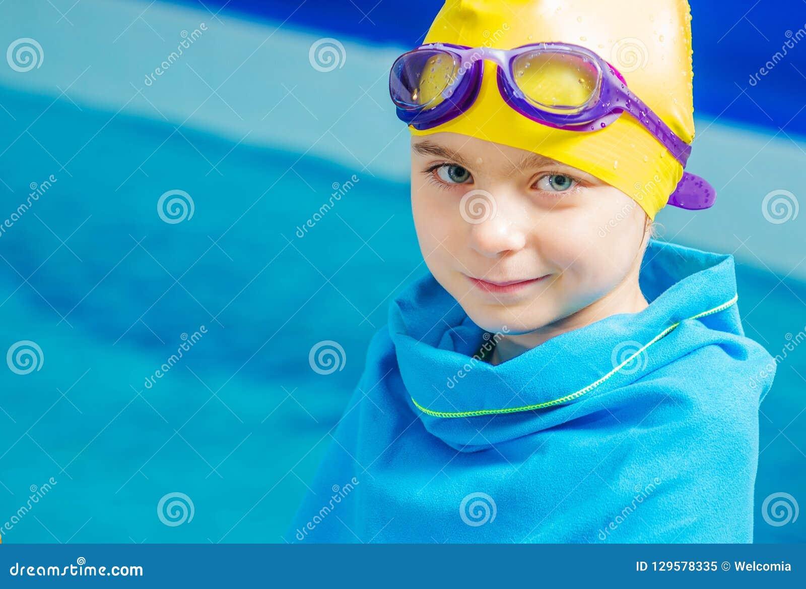 Młoda pływaczka w koc