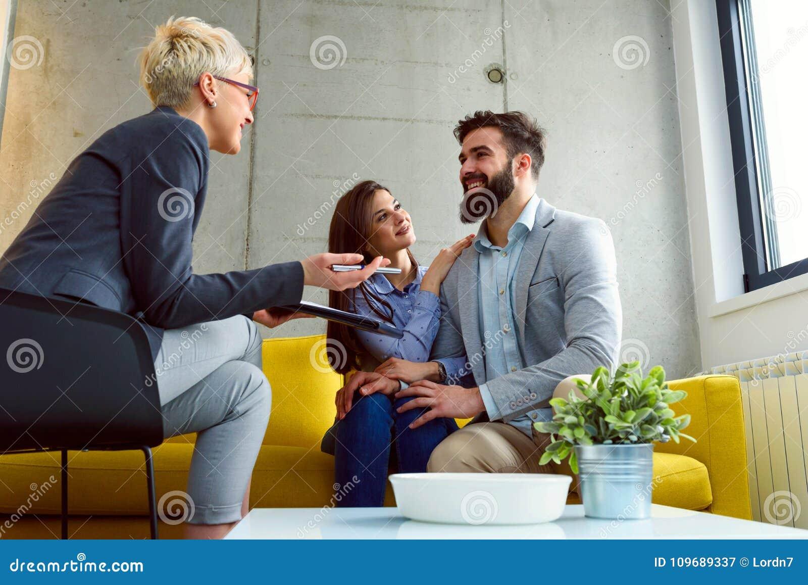 Młoda para małżeńska przy ich pieniężnym advisor