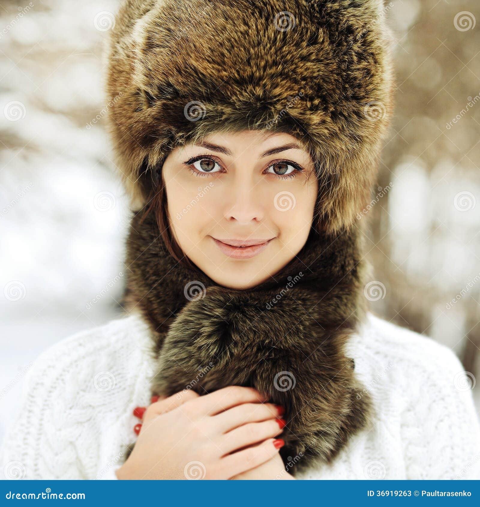 Młoda piękna dziewczyna pozuje w futerkowym kapeluszu - zakończenie up