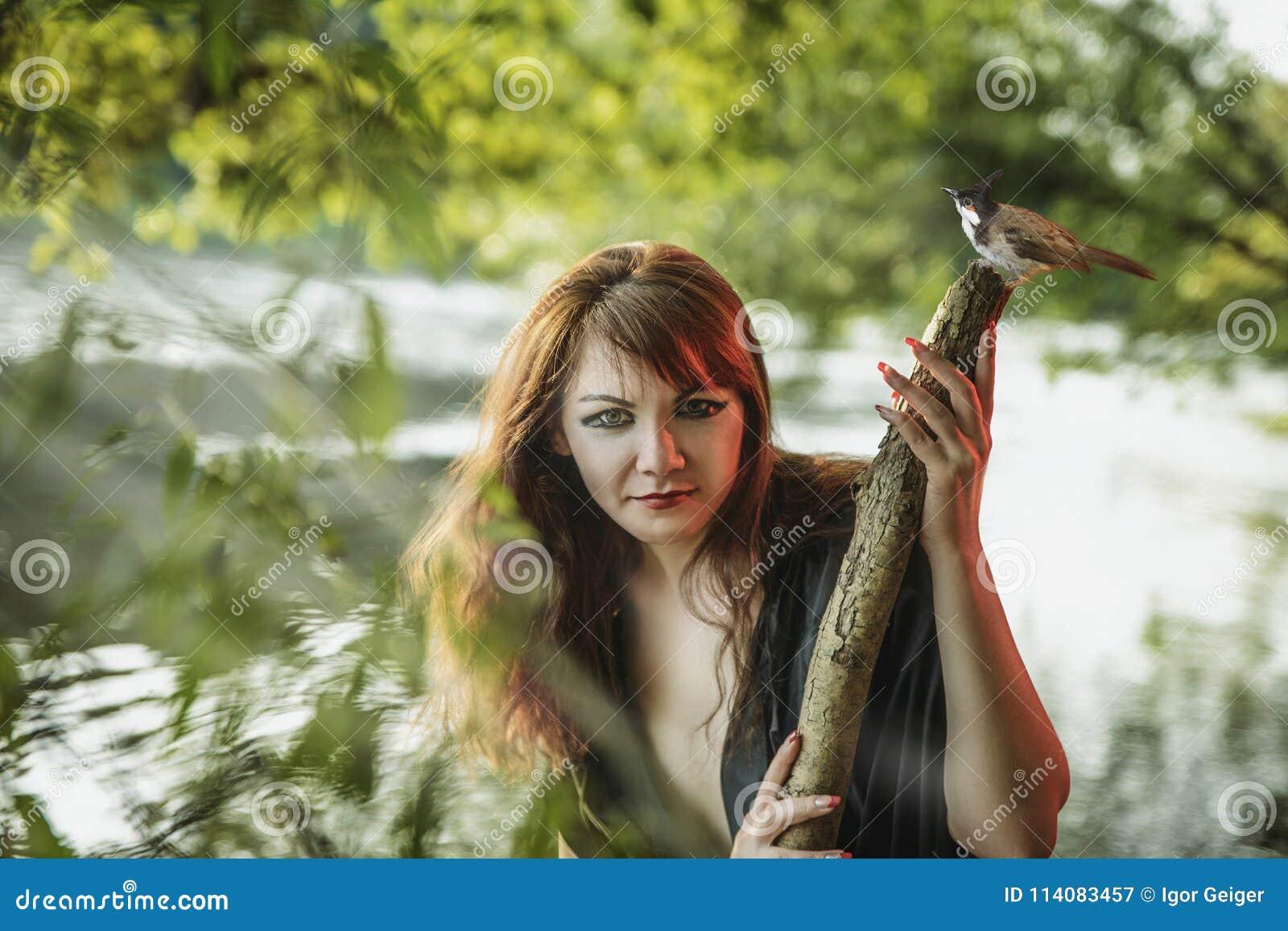 Młoda piękna dziewczyna w wizerunku syrenka na brzeg a
