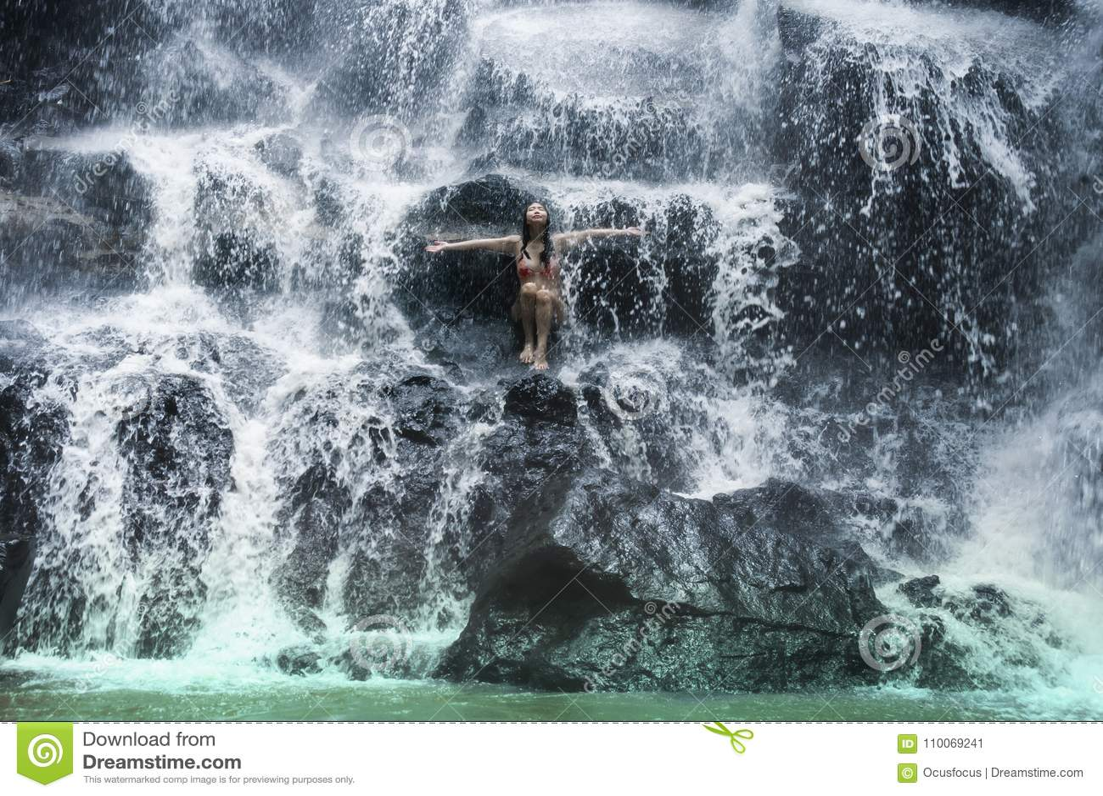 Młoda piękna i słodka Azjatycka kobieta w bikini dostaje ciału mokrego poniższego strumienia naturalny zadziwiający siklawy obsia