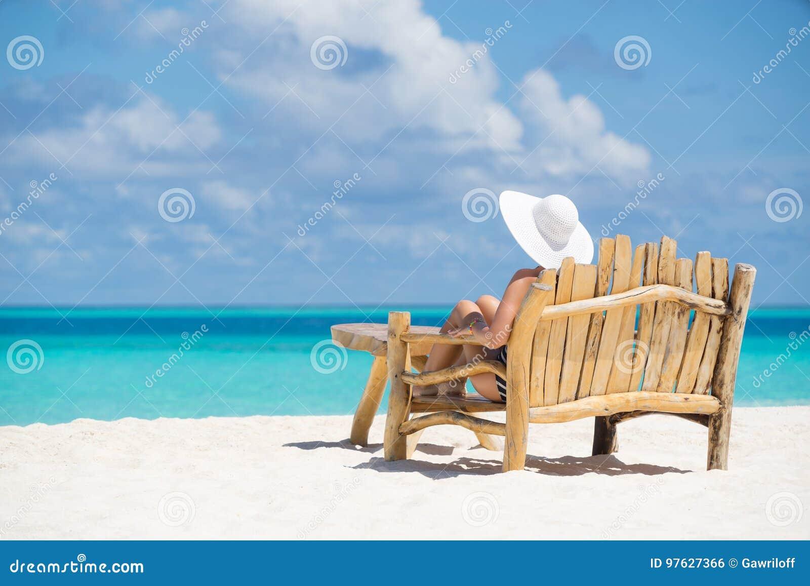 Młoda piękna kobieta cieszy się wakacje, plaża relaksuje, suma