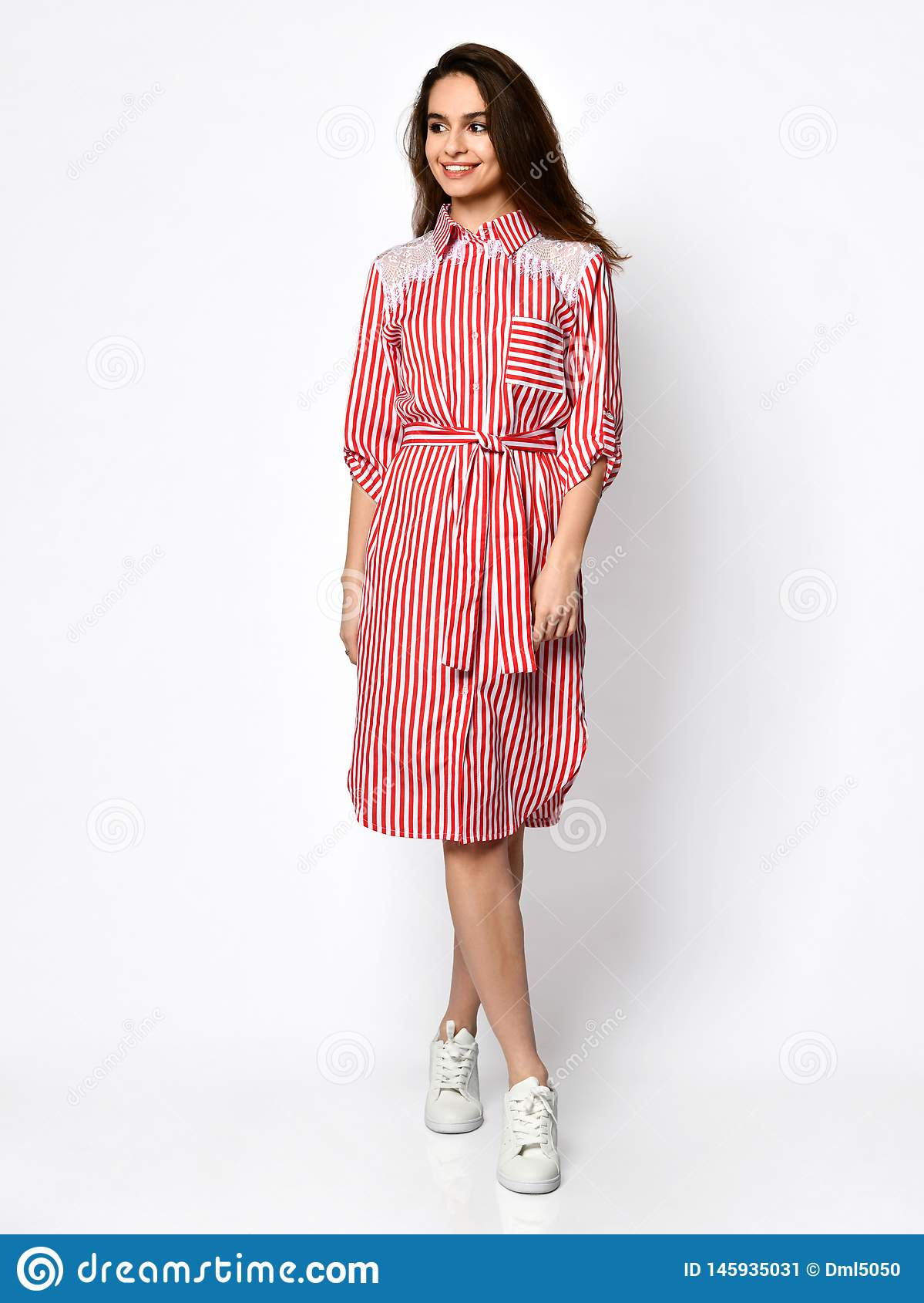 Młoda piękna kobieta pozuje w nowej różowej czerwonej lampas mody sukni na wysokich wzgórzach folował ciało na bielu