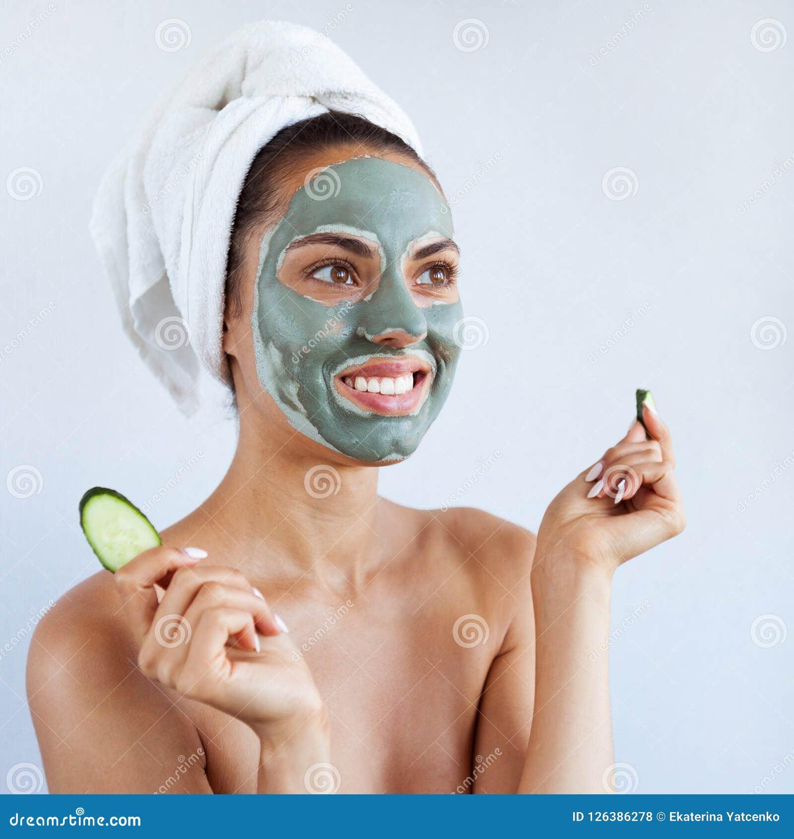 Młoda piękna kobieta w twarzy masce leczniczy błękitny błoto Zdrój