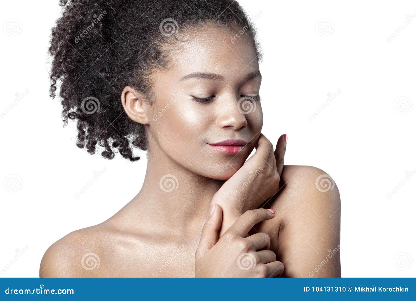 Młoda piękna oliwkowa dziewczyna z czystym perfect skóry zakończeniem