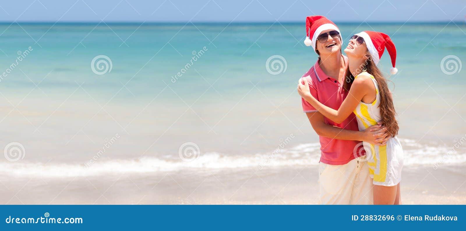 Młoda piękna para na tropikalnej plaży