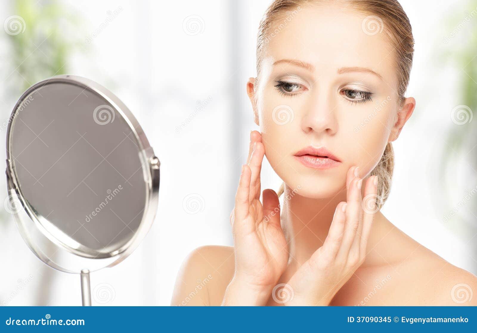 Download Młoda Piękna Zdrowa Kobieta I Odbicie W Lustrze Obraz Stock - Obraz złożonej z ludzie, higiena: 37090345