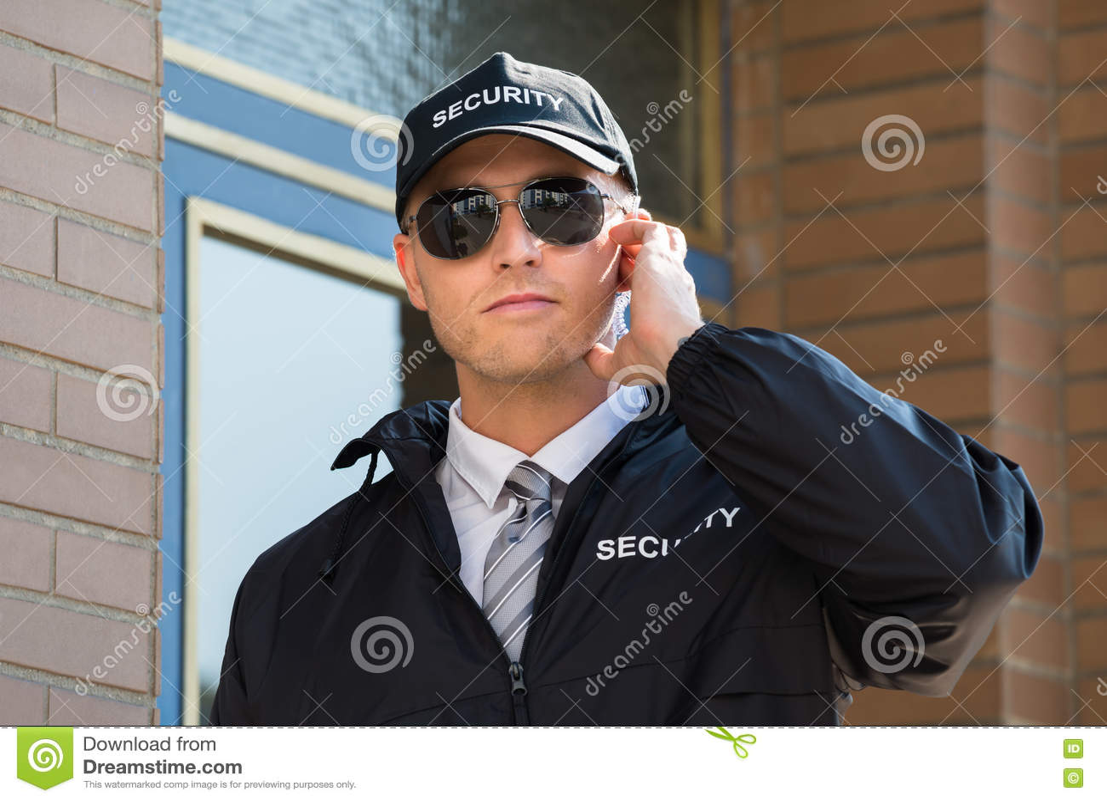 Młoda pracownik ochrony pozycja Przed wejściem