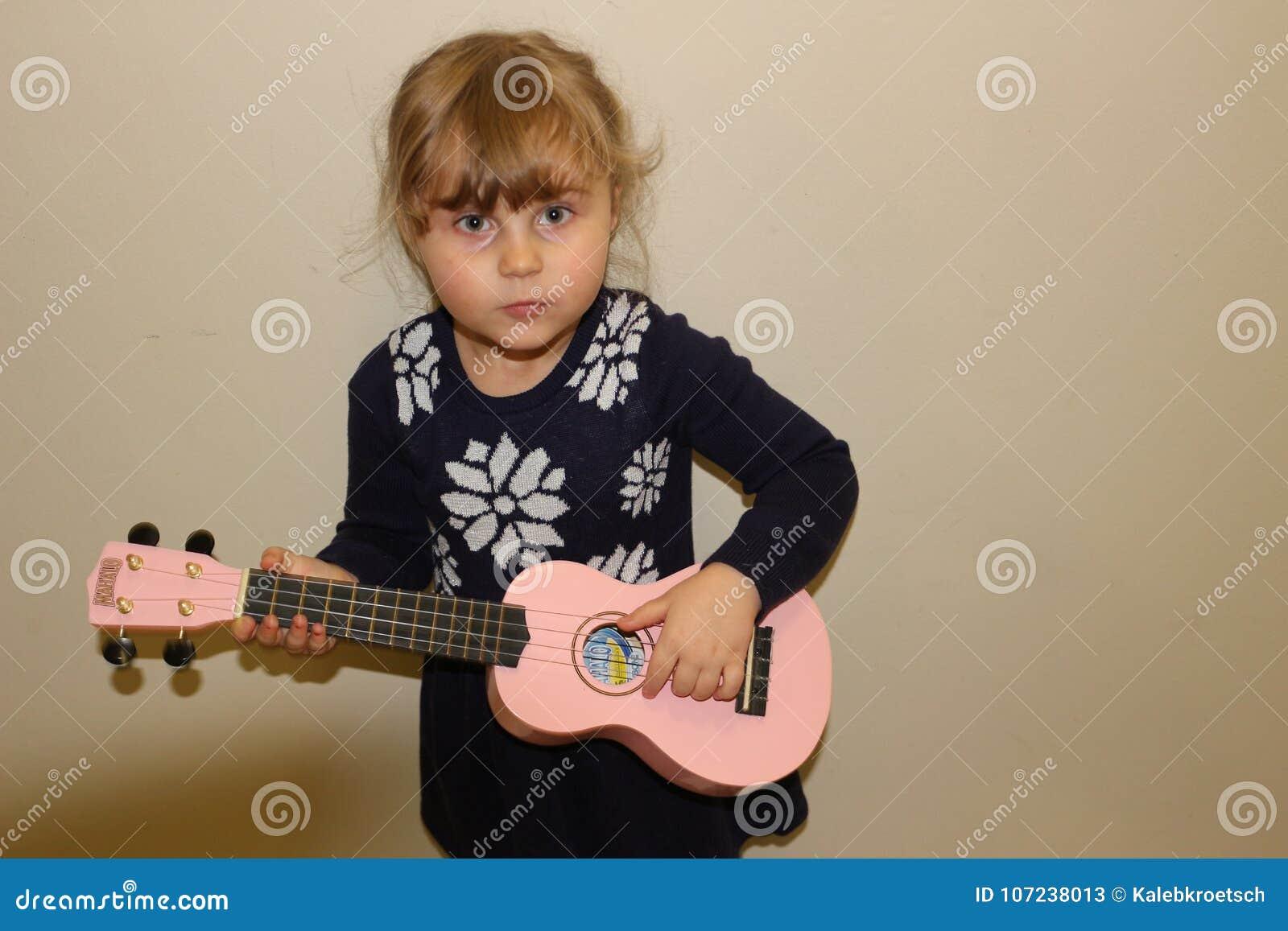 Młoda preschool dziewczyna z ukulele
