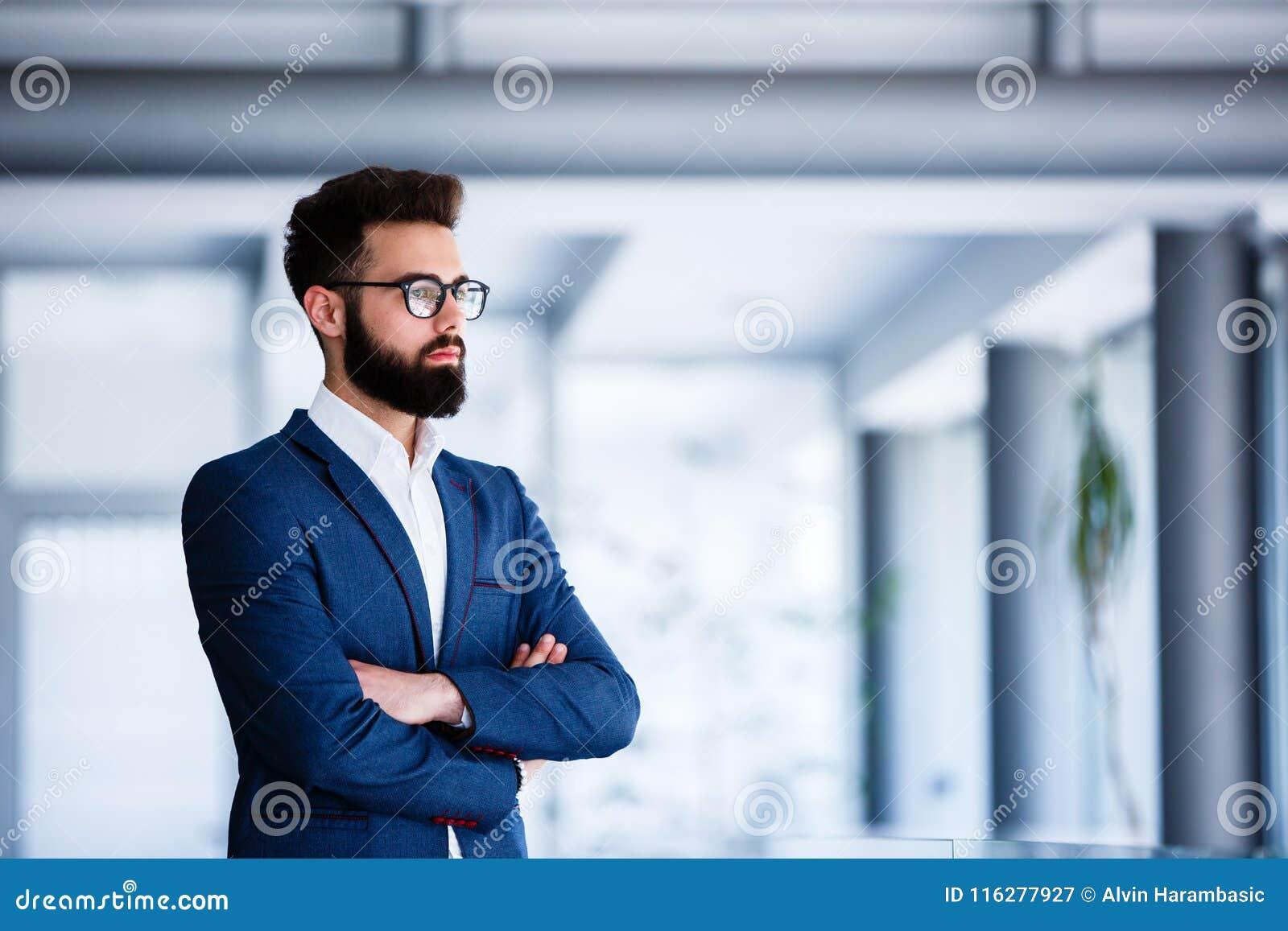 Młoda Przystojna biznesmen pozycja Przy firmy ` s Salowym
