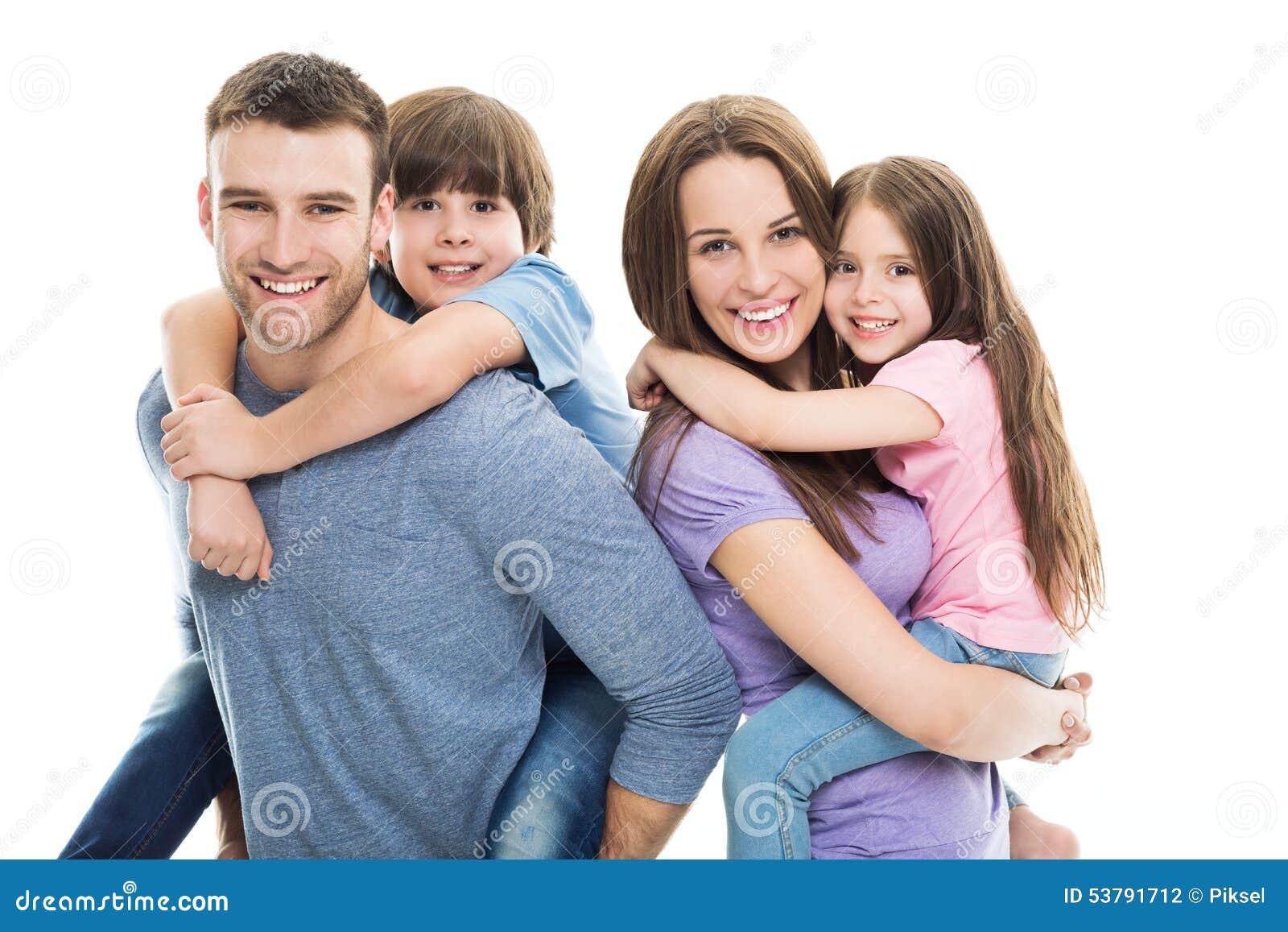 Młoda rodzina z dwa dzieciakami