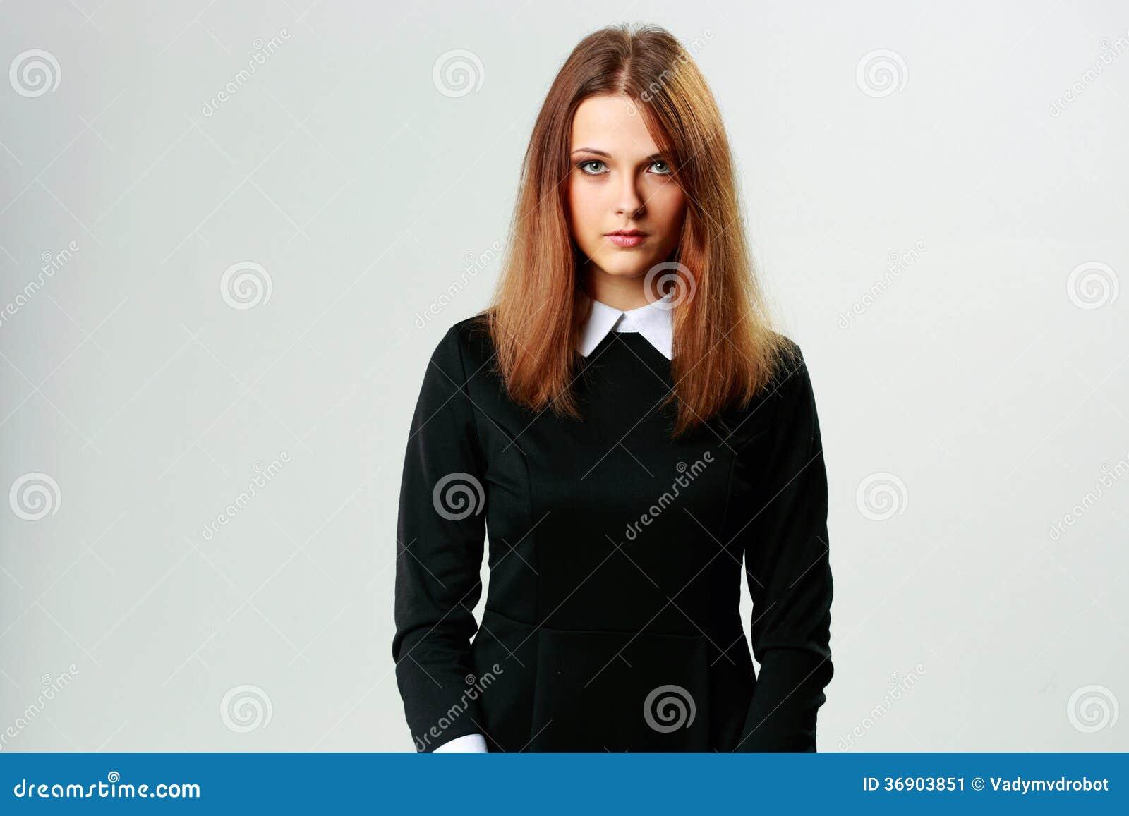 Młoda rozważna kobieta w formalnej sukni