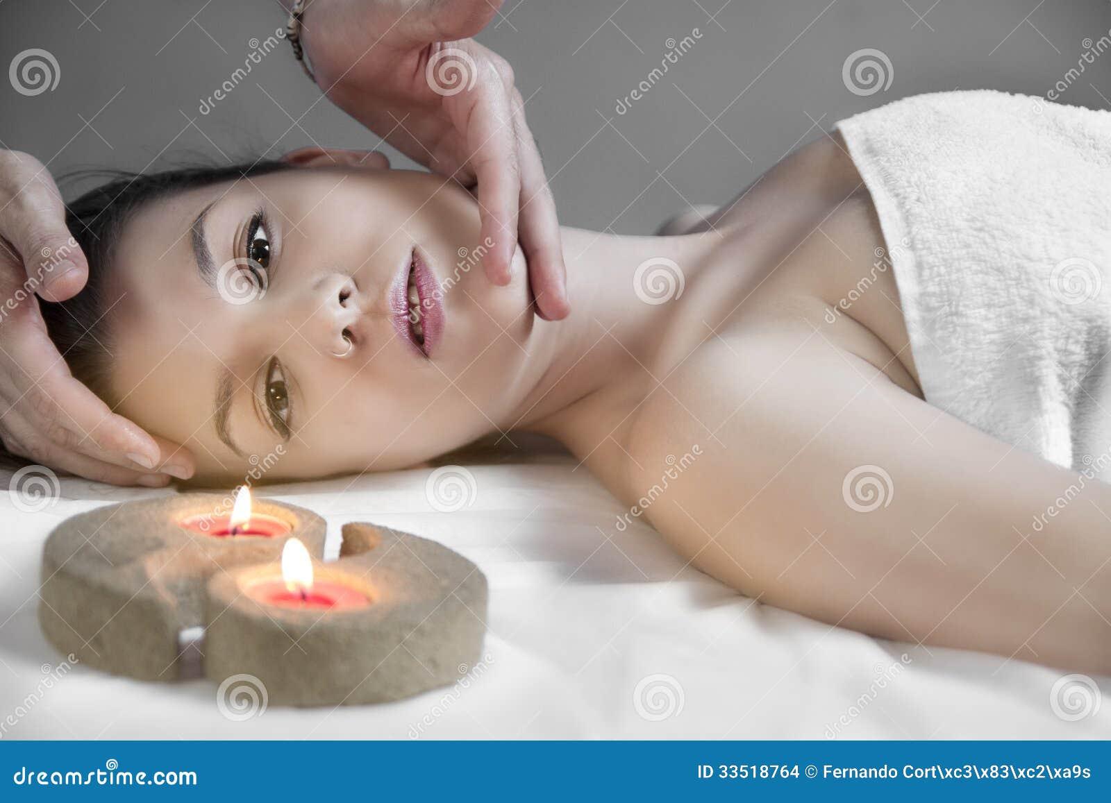 Młoda seksowna kobieta w zdroju dostaje twarzowego masaż