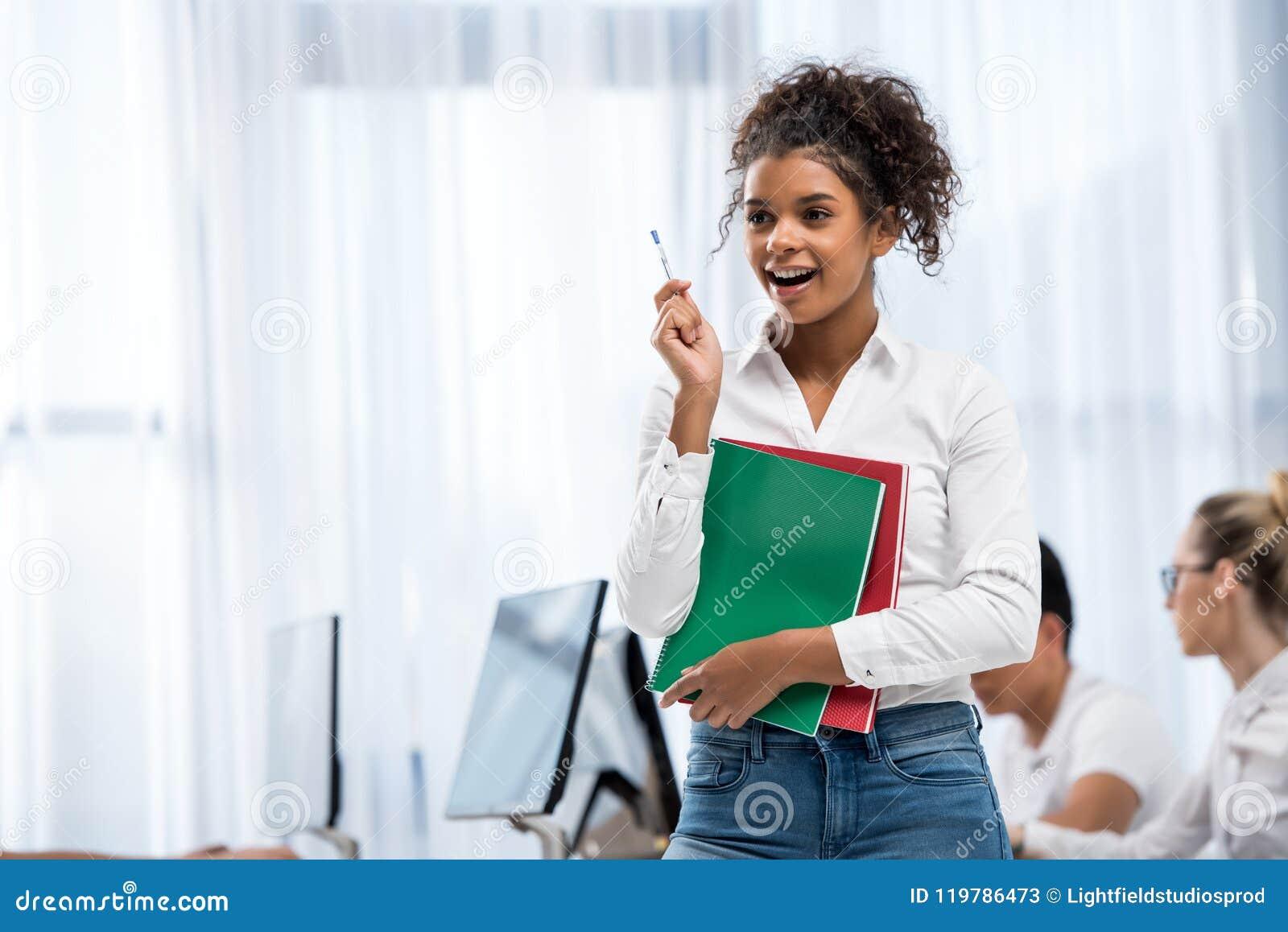 Młoda szczęśliwa amerykanina afrykańskiego pochodzenia ucznia dziewczyna