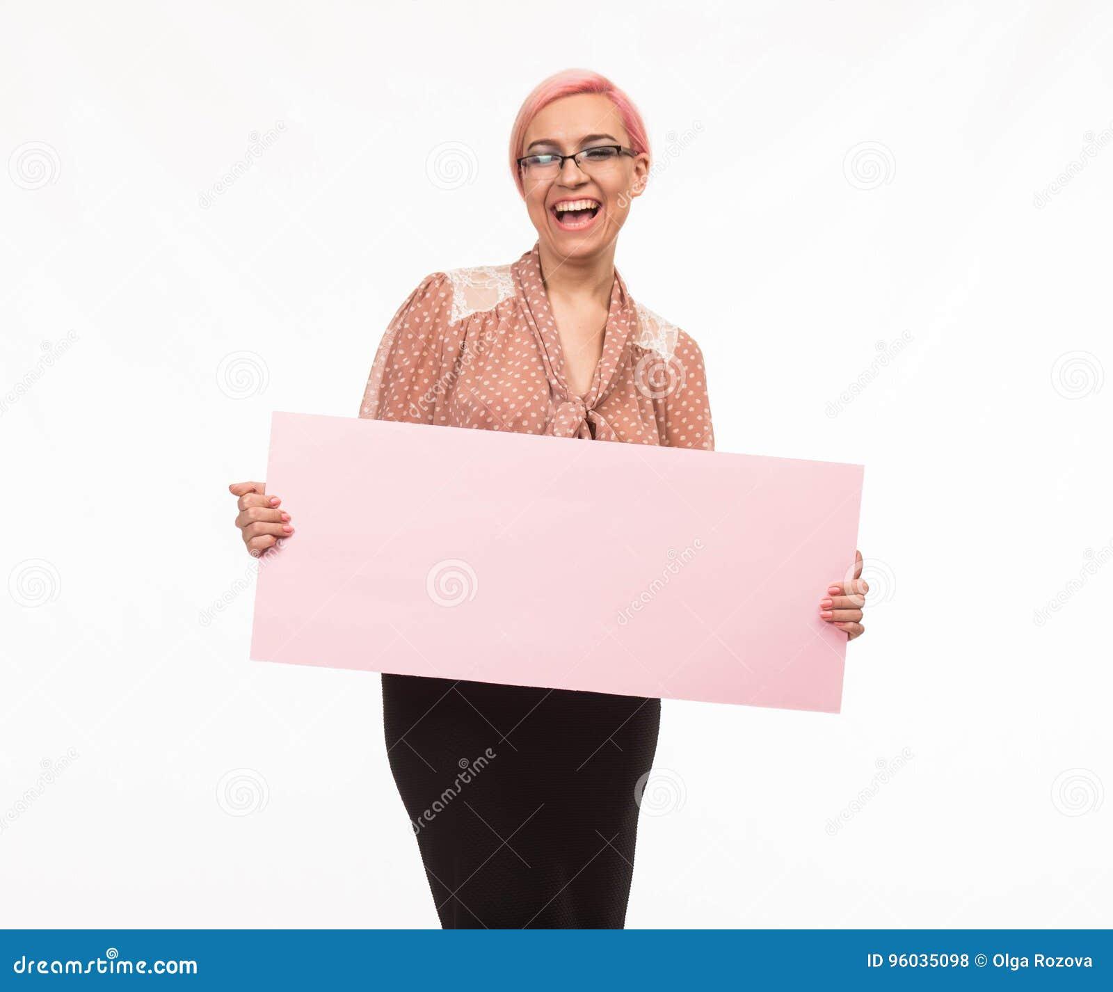 Młoda szczęśliwa kobieta pokazuje prezentację, wskazuje na plakacie